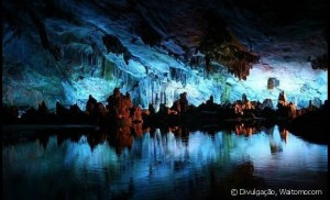 107582-muitos-turistas-que-chegam-ate-a-nova-ze-660x0-1-1-300x182 Caverna dos Vagalumes, na Nova Zelândia, parece desenho animado Curiosidades